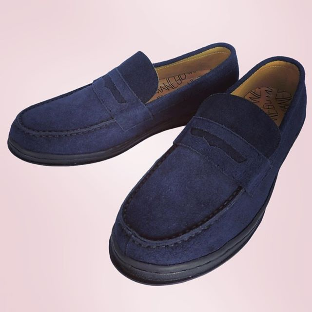 MANEBU VOVO SUEDE マネブのスニーカーソールのスウェードローファー。ラバーがブラックなのがV(^_^)Vちゃんと本革。#manebu #マネブ #mood #alleycompany #alleyonlineshop#shoes #shoes #シューズ #靴 #loafer #ローファー #sneakers #スニーカー#fashion #follow #followme #ファッション#通販 - from Instagram