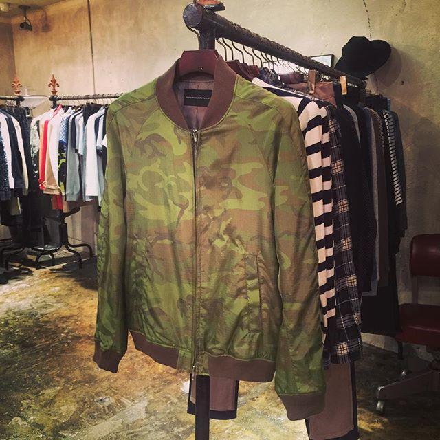 LOUNGE LIZARD NYLON BLOUSON CAMOラウンジリザードのリップストップナイロン使用のブルゾン。薄手で今に最適なアウター。カモフラ柄もブランドとして新鮮。#loungelizard #ラウンジリザード #blouson #ブルゾン #jacket #ジャケット #ナイロンジャケット #mood #alleycompany #alleyonlineshop #fashion #ファッション #followme #follow #メンズ #通販 #instagood #instafashion #instafollow - from Instagram