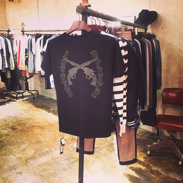 roar T-SHIRTS LOVE&PEACE PISTOL SWAROVSKI METAL ロアーの、背中にスワロフスキーメタルを施したTシャツです。#roar #ロアー #mood #alleycompany #alleyonlineshop #follow #fashion #followme #fashiongram #instagood #instafollow #instafashion #tshirt #tシャツ #swarovski #swarovskicrystals #スワロフスキー #ファッション #宇都宮 #栃木 #通販 #r_fashion - from Instagram