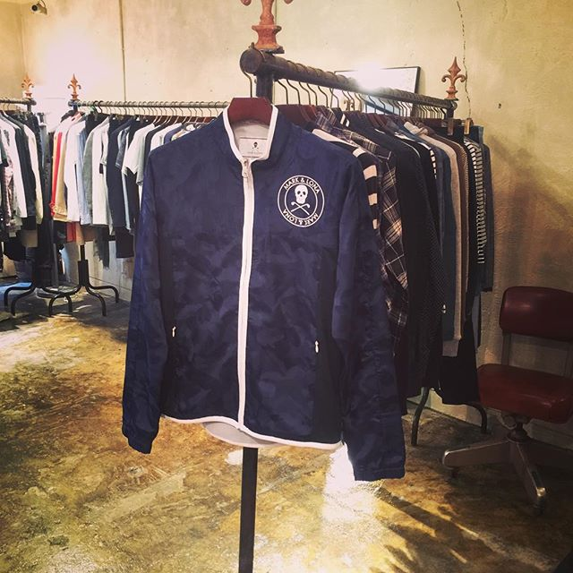 MARK&LONA ブルゾンマークアンドロナのカモフラブルゾン。胸にアイアンスカル、背中にブランドロゴ。ネイビー、チャコール、ホワイト。#markandlona #マークアンドロナ #mood #alleyonlineshop #alleycompany #golf #ゴルフ #golfwear #fashion #follow #followme #fashiongram #instagood #instafollow #instafashion #ファッション #宇都宮 #通販 - from Instagram