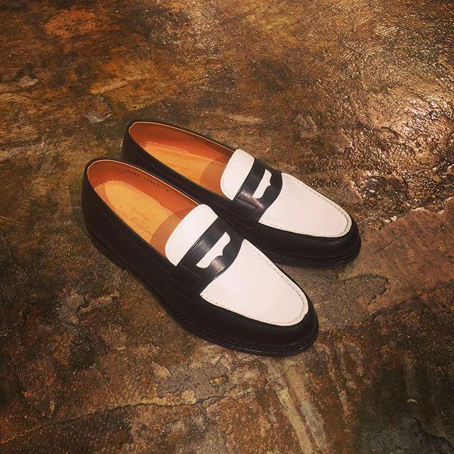 JALAN SRIWIJAYA コンビレザーローファージャランスリウァヤのローファー。ブラックとホワイトのカラー切替、レザーソール、グッドイヤーウェルト製法。#jalansriwijaya #ジャランスリワヤ #mood #alleycompany #alleyonlineshop #shoes #シューズ #ローファー #fashion #fashionblog #fashionglam #instafashion #instagood #instagood #instafollow #instagram #ファッション #宇都宮 #通販 #栃木 #ドレスシューズ #グッドイヤー #グッドイヤーウェルト - from Instagram