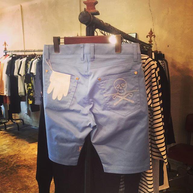 MARK&LONA SHORT PANTSマークアンドロナのショートパンツ。ヒップポケットにスカルとグローブのデザイン。色違いホワイト。#markandlona #マークアンドロナ #mood #alleyonlineshop #alleycompany #golf #ゴルフ #ゴルファー #fashion #ファッション #ファッションアイテム #instalike #instagood #instafashion #good #like #golfwear #栃木 #宇都宮 #通販 #セレクトショップ - from Instagram