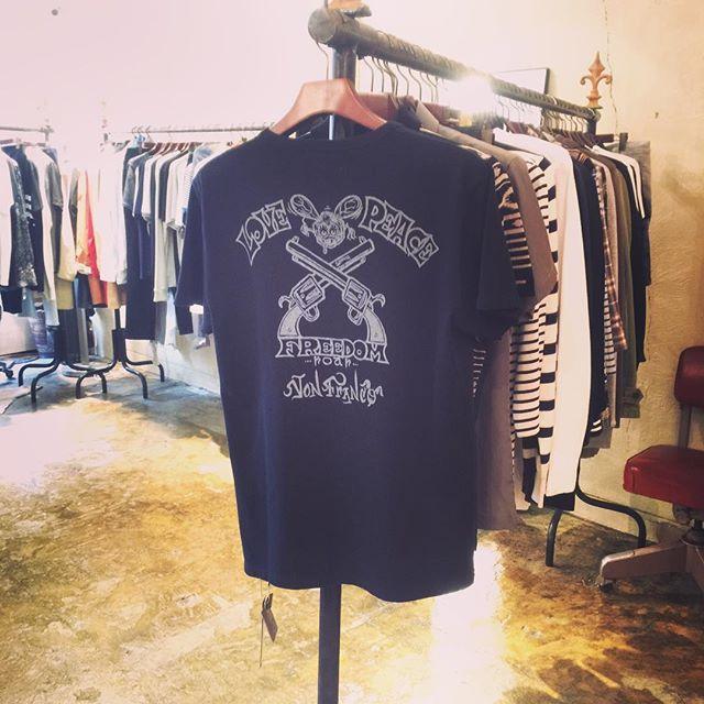 roar x VON FRANCO x SAYONARA BUZZ FINK TEEロアーのコラボTシャツ。キャラクターにマッチさせたLOVE&PEACE PISTOL プリント。胸にもキャラクタープリント。#roar #ロアー #vonfranco #sayonara #buzzfink #mood #alleycompany #alleyonlineshop #コラボ #ファッション #fashion #instagood #instafasion #セレクトショップ #tシャツ #tshirt #栃木 #宇都宮 #通販 #r_fashion - from Instagram
