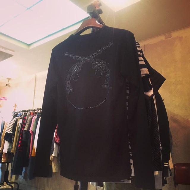 roar PISTOL SMILE LONG SLEEVE T-SHIRTS swarovski metalロアー、ピストルスマイル スワロフスキーメタル ロンTになります。#roar #ロアー #tshirts #tシャツ #swarovski #スワロフスキー #mood #alleycompany #alleyonlineshop #fashion #fashiongram #ファッション #メンズファッション #ファッションアイテム #instafashion #instagood #instacool #instalike #セレクトショップ #通販 #栃木 #宇都宮 #r_fashion - from Instagram
