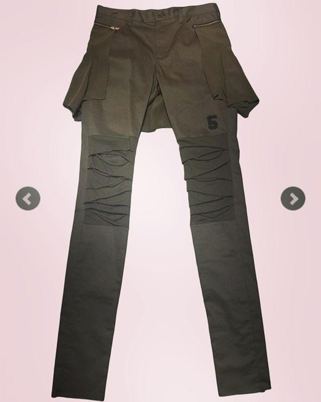 腰にシャツを巻いたような腰に付いたシャツパーツと、膝部分の切り替えでデザイン性の強いパンツ。 ○○UNDERCOVER アンダーカバー スリムパンツ カーキ UCW4518 ○○#undercover #アンダーカバー #パンツ #スリムパンツ #カーキ #pants #fashion #fashiongram #mensfashion #instafashion #ファッション #メンズファッション #streetfashion #ストリートファッション #コレクションブランド #セレクトショップ #オンラインショップ #ネットショップ #通販サイト #ファッション通販 #通販 #alleycompany #alleyonlineshop #f4f
